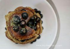 Pancakes mit Kokosnussmehl  und einen Hauch Matcha...das Rezept für diese fluffigen x leckeren Pancakes gibt es auf dem Blog #glutenfrei