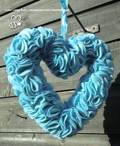 Prachtige krans met blauw vilt. Ideaal als kraamgeschenk. Doorsnede ongeveer 21 cm. Kijk ook op facebook.com/likelittlebee #kraamgeschenk