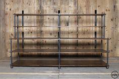 제품설명 - 고무나무 원목 24t와 흑관 파이프 20A(27mm)로 제작된 파이프 선반 입니다. - 원목은 절단과 샌딩 공정 후 천연 오일로 마감 되어 있습니다. - 흑관 파이프는 가공 뒤 전부 열처리 마감을 하여, 부식이나 기름때 걱정 없이 깔끔하게 사용이 가능합니다.  사이즈 -