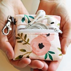 Fun Finds Deals: Fidget Toys, Cables, Phone Cases & More – Sewing Projects Small Sewing Projects, Sewing Projects For Beginners, Sewing Hacks, Sewing Tutorials, Sewing Crafts, Sewing Patterns, Scrap Fabric Projects, Bag Tutorials, Fabric Crafts
