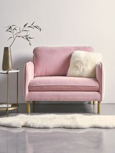 Precisely dosed and well thought out, the decoration mix & match creates a unique atmosphere and quite representative of the owners' state of mind. Small Couch In Bedroom, Bedroom Couch, Small Sofa, Bedroom Furniture, Bedroom Decor, Furniture Upholstery, Bedroom Seating, Pink Loveseat, Pink Sofa