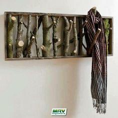 Conhece o cabideiro de parede super charmoso feito de galhos de árvores caídas? Experimente fazer um em seu apê.