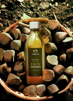 Óleo Trifásico Andiroba: inspirado en la fuerza y el vigor de la andiroba, su textura es densa y su fragancia es reconfortante. Sus semillas guardan un aceite dorado con alto poder de recuperación y restauración.