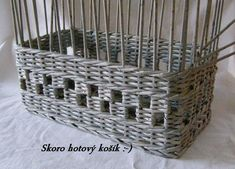 How to Weave a Unique DIY Storage Basket from Old Newspaper Newspaper Basket, Newspaper Crafts, Old Newspaper, Paper Basket Weaving, Basket Weaving Patterns, Diy Storage, Storage Baskets, Magazine Crafts, Cool Diy Projects