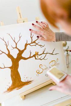 Zauberhafte Alternative zum klassischen Gästebuch bei der Hochzeit: Ein Wedding Tree! Viele weitere originelle Möglichkeiten, zusammen mit den Gästen Erinnerungen festzuhalten, findet ihr mit einem Klick auf das Bild. Jetzt entdecken!