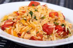 Beyaz pirincin mutfaklardaki kullanımını bir parça azaltacak ancak lezzetinden asla ödün vermeyecek bir pilav şehriye pilavı, üstelik domatesli.