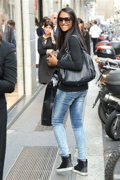 Juliana Moreira sceglie il borchiato sia per le sneakers che per la borsa, che agguingono grinta a dei semplici jeans skinny e al maglioncino nero.