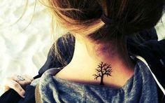 Um dos significados da tatuagem de árvore é representar as suas origens e raízes. Muita gente faz para homenagear a família.