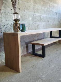Verkrijgbaar vanaf 999 euro. Stijlvol eikenhouten tv-meubel, waarbij je zelf de lengtemaat bepaalt door het bovenste deel op het onderste deel te verplaatsen. Op de foto's is het hout behandeld met transparante lak en het staal is zwart gepoedercoat. Het eikenhout is kwalitatief en maar liefst 4 cm dik.