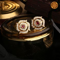 Gold Jhumka Earrings, Indian Jewelry Earrings, Jewelry Design Earrings, Gold Jewellery Design, Diamond Earrings Designs, Gold Diamond Earrings, Diamond Studs, Pearl Necklace Designs, Gold Jewelry Simple