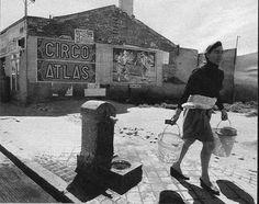 EL POZO DEL TIO RAIMUNDO - 1960 las fuentes estaban presentes en casi todas las calles de Madrid no solo servian para abastecerse de agua sino que era normal ver a la gente beber de ellas