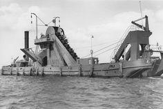 """Eimerbagger """"Pagensand"""", Gesamtansicht auf der unteren Elbe. Aufnahme aus dem Jahr 1952."""