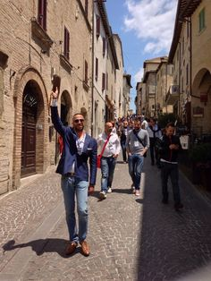 I twitteri e i food-travel blogger a passeggio stile gita, con tanto di capofila per le vie della città #InMontefalco foto di @Guido Fruscoloni