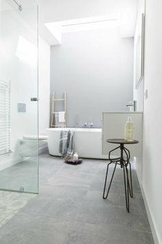 salle de bain avec douche italienne, douche italienne castorama avec une baignoire ovale blanche
