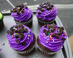 purple frosting with chocolate chips cupcakes Neon Cupcakes, Pretty Cupcakes, Yummy Cupcakes, Cupcake Cakes, Decorated Cupcakes, Royal Cupcakes, Icing Cupcakes, Chocolate Cupcakes, Cookies