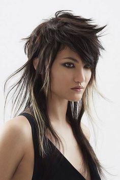 To be in perfect harmony with the sun that begins to brighten our days, and to wear a new look trendy, feminine and sexy; Mullet Haircut, Mullet Hairstyle, Pixie Haircut, Short Hair Blond, Cheveux Courts Funky, Hairstyles With Bangs, Cool Hairstyles, Haircut For Older Women, Corte Y Color