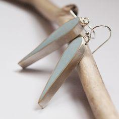 handgeschmiedete Sterling Silberohrringe mit hellblauer opaker Füllung. Wunderschöne Tropfenform gibt diesen Ohrringen einen eleganten Touch. Die O...