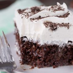 Not many things can beat Thin Mints, but this Thin Mint Poke Cake has a layer of hot fudge sauce and whipped topping. Rice Krispie Treats, Rice Krispies, Oreo Bars, Baked Bean Recipes, Mint Recipes, Poke Cakes, Bundt Cakes, Cup Cakes, Pumpkin Cream Cheeses