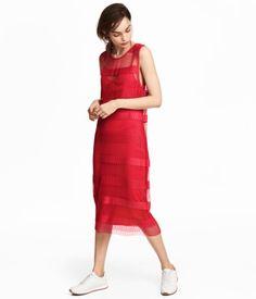 Punainen. Polvipituinen, vartalonmyötäinen ja hihaton mesh-mekko. Irrotettava ja solmittava kapea vyö. Vuorina kiinteä v-aukkoinen alusmekko, jossa