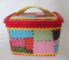 Pote Decorado Retalho Ice Cream Containers, Coffee Container, Lulu Love, Milk Cans, Decoupage, Recycling, Projects To Try, Lunch Box, Basket