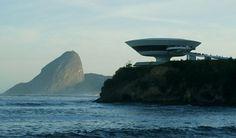 Localizado em Niterói, no Rio de Janeiro, o Museu de arte Contemporânea foi projetado por Oscar Niemeyer e construído em 1996. A idéia era imitar uma flor.