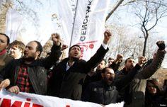 Demonstran meneriakkan slogan menentang PM Turki Tayyip Erdogan dalam sebuah demonstrasi di Ankara. (6 Februari 2014)