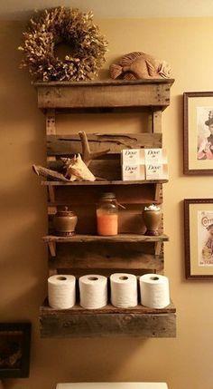 Prateleiras em madeira no banheiro otimizam o espaço e deixam os objetos organizados!