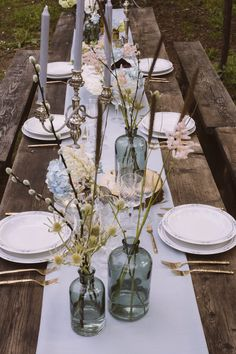 Tabel Decor | Wooden Tree Slabs | Coloured Glass Vases | Gold Flatware | Rustic Italian Wedding Styling | Bohemian Wedding Inspiration Shoot | Styled & Planned by Weddings On Demand | Images by Valeria D'Ovidio | http://www.rockmywedding.co.uk/rustic-italian-styling-with-a-twist/