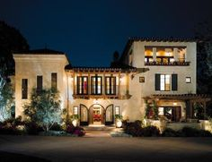 A classic Spanish-style house has been reinvented with a different Mediterranean inflection. The resulting Italian-look residence is lighter and more inviting Mediterranean Homes Exterior, Mediterranean Home Decor, Mediterranean Architecture, Spanish Style Homes, Spanish House, Spanish Revival, Spanish Colonial, Icf Home, Tuscan House
