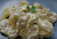 """Słowo """"sałatka"""" kojarzy się z dietą i zielonymi warzywami, jednak w tym przypadku rzeczywistość ma się nijak do skojarzeń. Ta sałatka koło dietetycznych dań nawet nie stała, jednak jej smak wynagradza nadmiar kalorii. Potato Salad, Potatoes, Ethnic Recipes, Food, Diet, Potato, Essen, Meals, Yemek"""