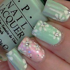 Uñas en verde y en rosa adornadas con flores blancas y perlas cristalinas - Uñas Pasión