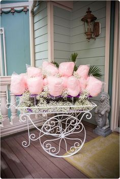 Hochzeit & Co: Zuckerwatte - Happy Chantilly - Papa Informationen zu Mariage & co: De la barbe à papa – Happy Chantilly Pin Si - Birthday Decorations, Wedding Decorations, Decoration Party, Party Centerpieces, Candy Cart, Candy Floss, Candy Table, Rustic Candy Buffet, Ideas Para Fiestas