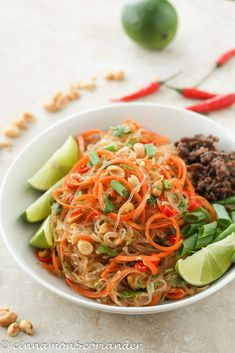 Thai Glasnudel Salat mit Ingwer Limetten Dressing – Yum Woon Sen Fans of Thai cuisine will love this refreshing glass noodle salad with ginger lime dressing. A healthy Thai recipe ready in 30 minutes! Healthy Thai Recipes, Asian Recipes, Ethnic Recipes, Thai Glass Noodle Salad, Thai Salat, Vinaigrette, Paleo Dinner, Sausage Recipes, Sin Gluten