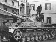 "bmashina: ""Examination of a present from North Africa - German medium tank Pz.Kpfw.IV Ausf.G, which was recaptured from the Germans of the 1st armored division. UK, the end of December 1942. """