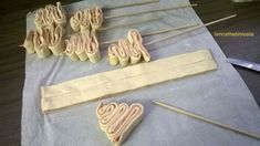 alberelli-pasta-sfoglia_1 rotolo pasta sfoglia rettangolare 100 gr. mortadella o prosciutto o speck 1 uovo per spennellare spiedini in legno Stendete il rotolo di pasta sfoglia e sovrapponete la mortadella coprendo tutta la superficie,