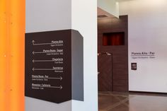O escritório gaúcho Studio MDA projetou a identidade visual e o sistema de sinalização e orientação do Centro Cultural Univates (biblioteca e teatro), referencia no campus universitário e na cidade de Lajeado (RS). O conceito partiu da integração com a arquitetura, mais valiosa ao ambiente do que uma comunicação independente.