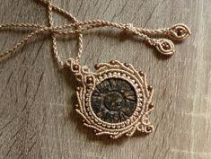Ogrlica od rezbarenog jaspisa, korejskog poliester konca i bronzanih perlica
