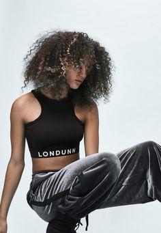 Missguided - Londunn   Missguided Kurzes Logo Crop-Top mit Racer-Back Rückenausschnitt in Schwarz