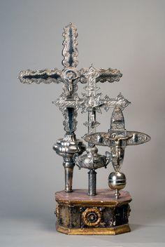 Tres cruces procesionales de plata  montadas sobre una base de madera.   Hacia el siglo XVIII       Museo de Historia Mexicana