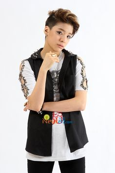 [f(x)] Amber - the first time I saw shake that brass I thought she was a guy and that the he/she was being a younger G-dragon.... Dont hate me for this... I mean have you seen girly Taemin or girly G Dragon?