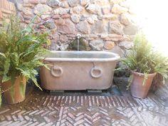 Bañera en ronda de acceso a patio y jardines de losm surtidores.