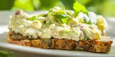 Jan Øyvinds tunfisksalat med frisk koriander - Dette er en herlig, liten tunfisksalat. Perfekt for late dager. Laksa, Frisk, Baked Potato, Mashed Potatoes, Curry, Baking, Ethnic Recipes, Food, Pickles