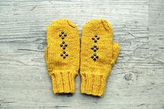 Mustard yellow studded mittens gloves by PauliszkaKnits on Etsy, $32.00