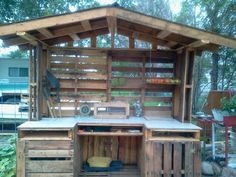 DIY Garden work station - could be modified to be an outdoor kitchen | Made from pallets.