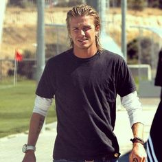 David Beckham Long Hair, David Beckham Style, Ronaldo Free Kick, Hair And Beard Styles, Long Hair Styles, Posh And Becks, Chin Length Hair, Headband Men, Haircuts For Men