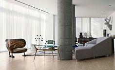 Sala de Estar com Pilares em Concreto Aparente, Branco, Cinza e Madeira