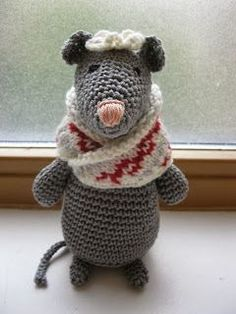 Female Christmas Mouse, free pattern in Dutch by Owly