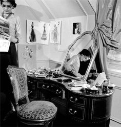 * Coco Chanel près de sa coiffeuse dans son appartement d Ritz Paris 1937 photo François Kollar