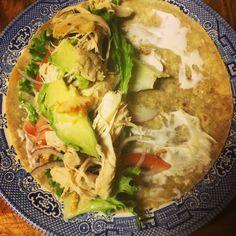 Deliciosa tortilla de arroz con vegetales, pollo en trozos, aguacate... En rolar lo y es un delicioso  WRAPS!!!