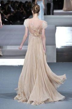 robe champagne fluide en mousseline de soie et perles, avec dos nu et motif doré